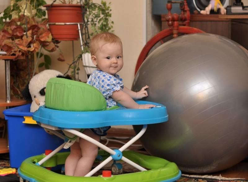 С какого возраста можно сажать ребенка в ходунки и полезны ли они