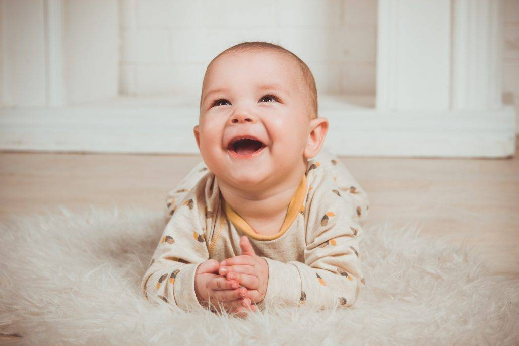 Развитие речи грудничка: когда ребенок начинает гулить и агукать