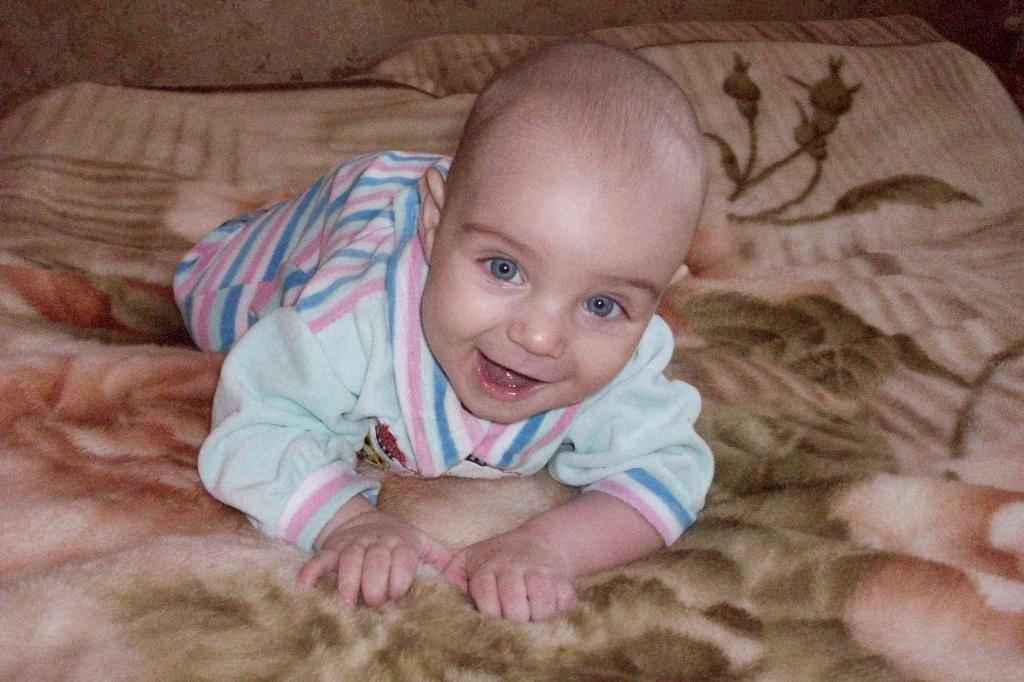 Когда ребенок начинает улыбаться. факторы развития