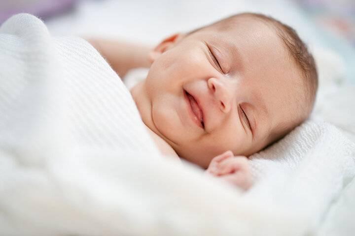 Почему новорожденные младенцы улыбаются во сне