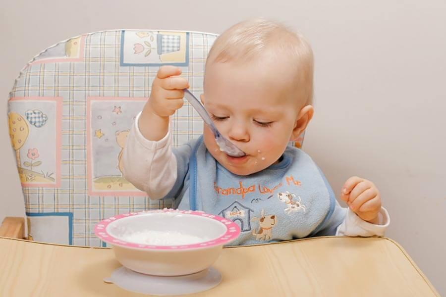 Как научить ребенка кушать ложкой самостоятельно. комаровский: советы главного педиатра - parentchild.ru