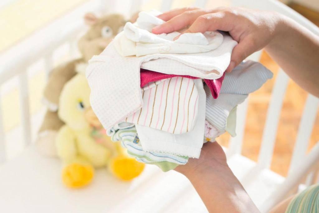 Как и чем стирать вещи для новорождённого: советы мамам