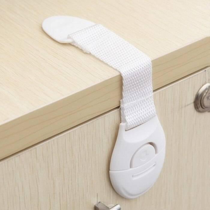 Как выбрать и установить замок от детей на двери и мебель