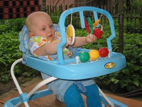 Во сколько месяцев врачи разрешают сажать малыша в ходунки? рекомендации детских специалистов по безопасной для здоровья эксплуатации ходунков