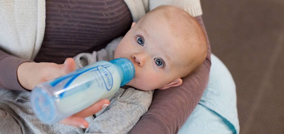 Как правильно держать бутылочку и кормить ребенка смесью