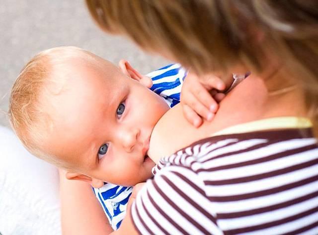 Ребенок кусает грудь во время кормления, что делать?