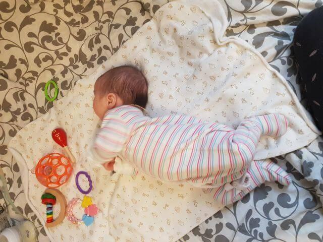 Ребенок запрокидывает голову назад: 4 причины, которые не являются отклонением и 2 серьезные причины – гипертонус и вчд
