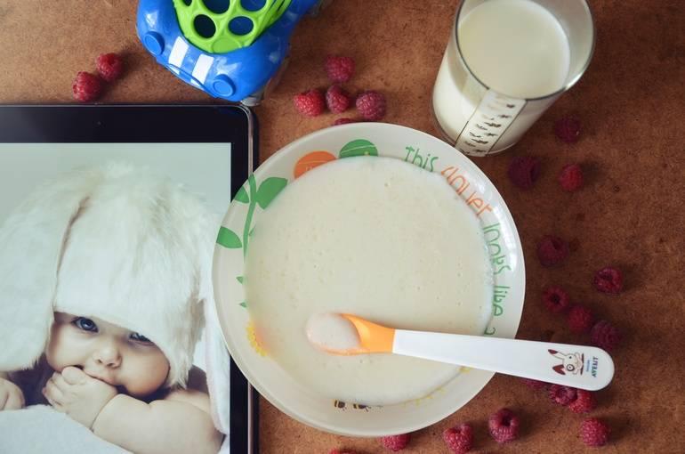 Cо скольки месяцев можно кормить ребенка манной кашей. когда можно давать манку грудничку и как ее правильно варить