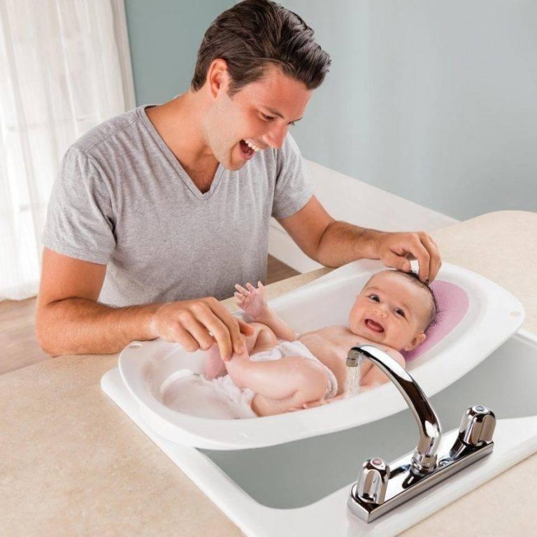 Как правильно купать новорожденную девочку? правила общей и интимной гигиены ребенка
