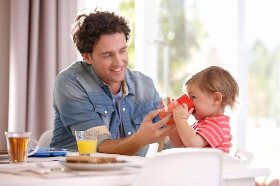 Как научить ребенка пить из кружки самостоятельно?