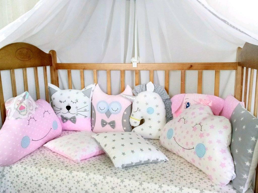 Нужна ли подушка новорожденному в кроватку: что думает об этом комаровский и какую детскую постельную принадлежность выбрать по размерам и другим параметрам?