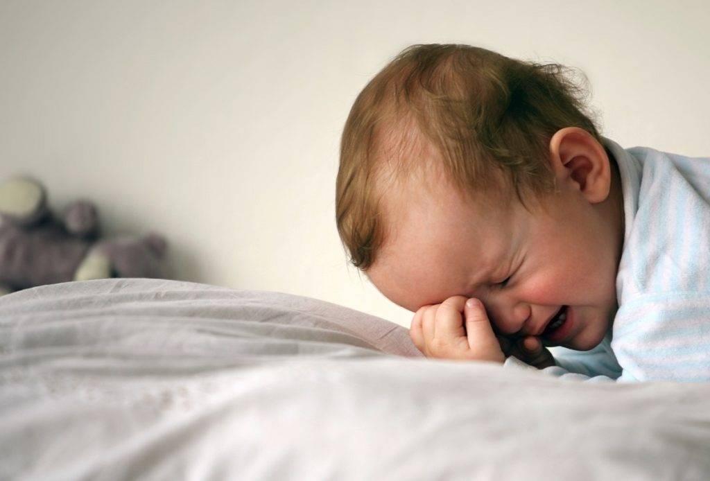 Почему грудничок может резко проснуться с плачем: нормально ли это, действия родителей