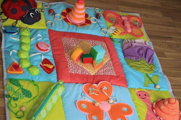 С какого возраста и как правильно выбирать развивающие коврики для детей при покупке