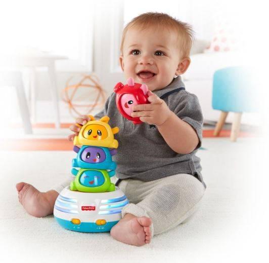 Первые игрушки для развития малыша от рождения до года