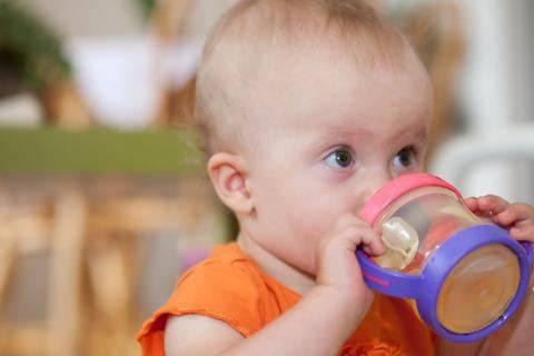 Как научить ребенка пить из чашки: в чем залог успеха?