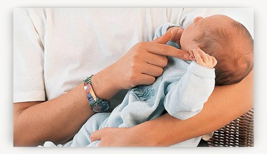 5 главных правил, как держать новорождённого ребёнка, 4 позы ношения ребёнка на руках