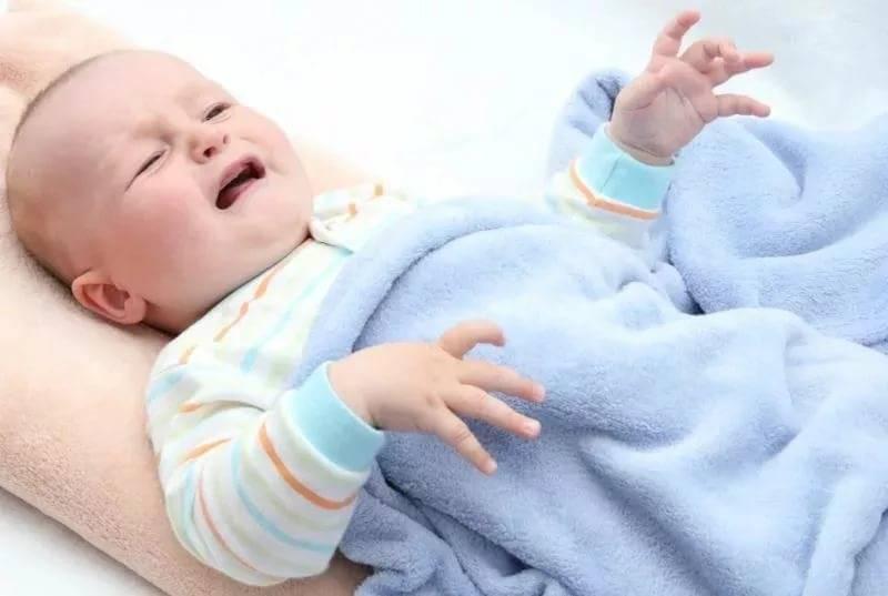 Почему новорожденный ребенок вздрагивает во сне, стоит ли беспокоиться