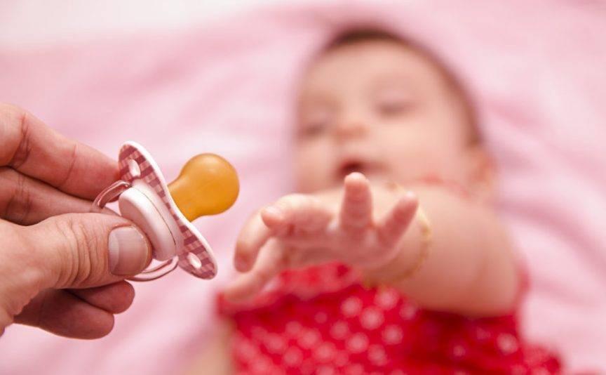 Как приучить ребёнка к соске — 5 эффективных способов