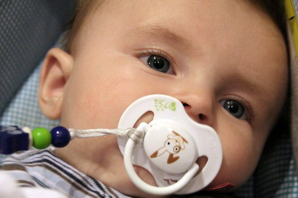Как приучить новорожденного к пустышке, как выбрать для грудничка или младенца