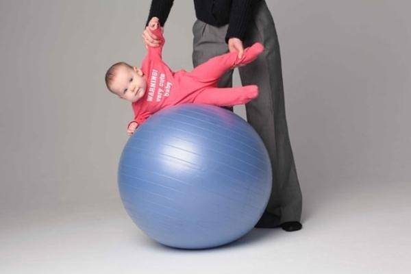 Фитбол для грудничков, плюсы и минусы использования, разновидности