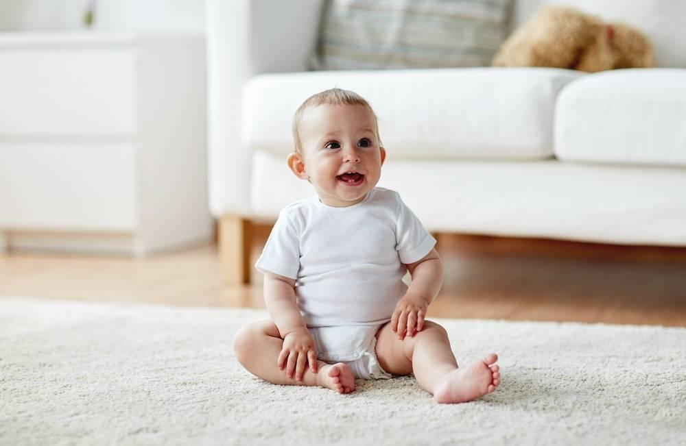 Во сколько месяцев ребенок начинает садиться? - medical insider