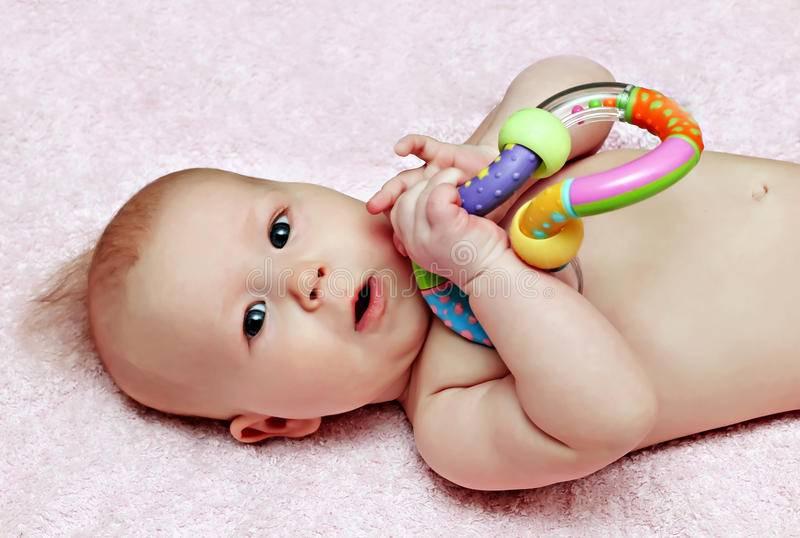 Во сколько месяцев ребенок играет с погремушками | babytut