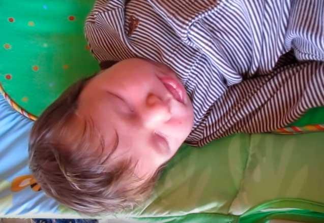 Новорожденный тужится и плачет - в чем причина такого поведения?